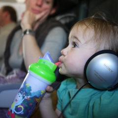 Deca koja sede u krilu na letovima u većoj opasnosti