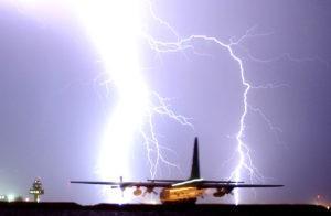 Šta se desi kada avion udari grom?
