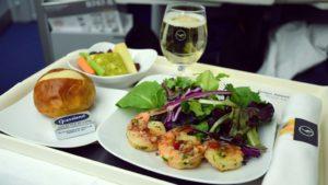 Kako aviokompanije određuju količinu hrane i pića u avionu?