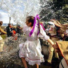 Slovačko uskršnje polivanje devojaka vodom