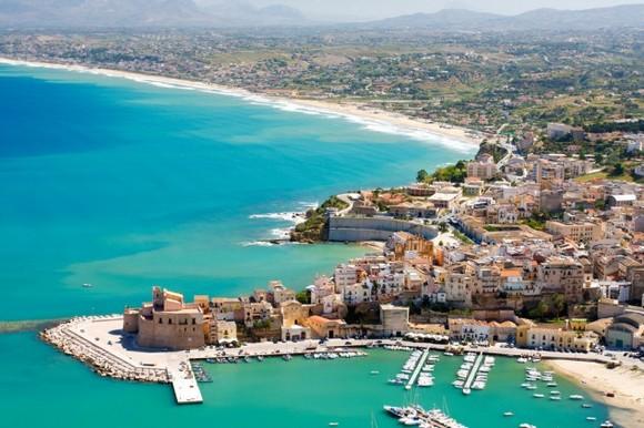Kastelamare del Golfo je je romantični primorski gradić između Palerma i Trapanija