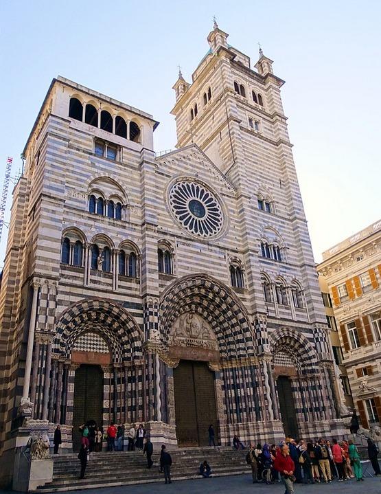 Među brojnim relikvijama katedrale svetog Lorenca, navodno se nalazi i sveti gral