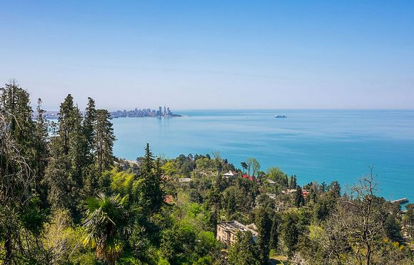 Batumi se nalazi između Kavkaskih planina i Crnog mora