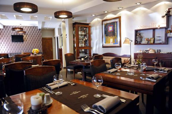 Kraljevi čardaci Spa ima pansionski restoran, a la carte restoran i pivnicu