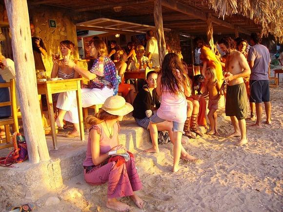 Na Ibici posetioci, osim u klupskoj muzici, mogu da uživaju u ritmu lokalnih bongo bubnjeva na plaži