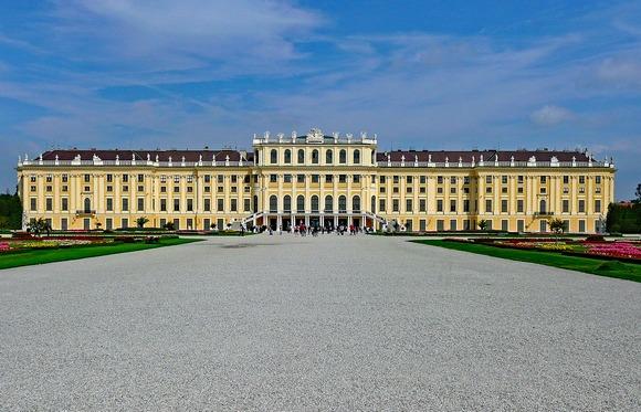 Palata šenbrun je jedan od najimpresivnijih primera barokne arhitekture u Evropi