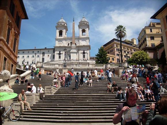 Španske stepenice su nekada bile glavno okupljalište turista u Rimu, ali je sada zadržavanje na njima strogo zabranjeno