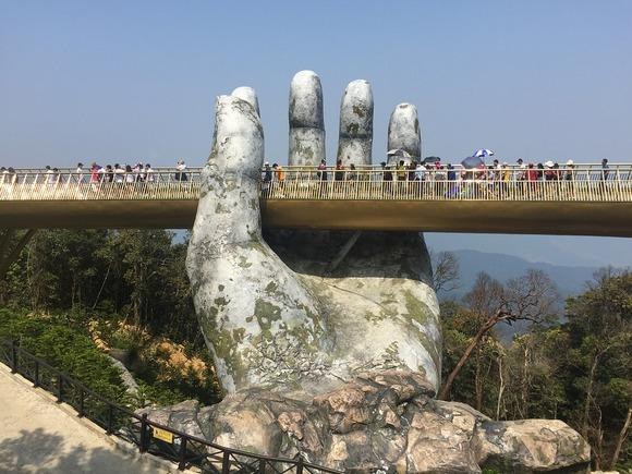 Zlatno most je prepoznatljiv po dve džinovske ruke koje ja pridržavaju