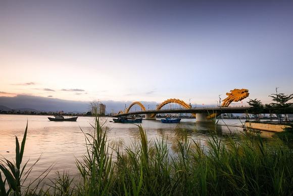 Most zmaja domonira panoramom Dananga