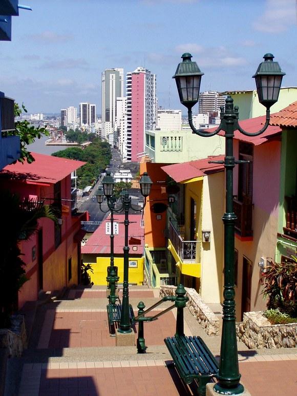Prilikom putovanja na ostrva Galapagos, mnogi putnici prolaze kroz Guayaquil. Ali i ako imate samo nekoliko slobodnih sati u ovom gradu, obavezna je poseta četvrti Las Peñas