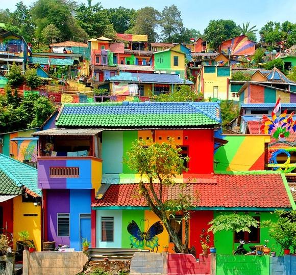 Kampung Pelangi u prevodu znači Dugino selo, ali ono nije oduvek bilo ovako veselih boja i nijansi
