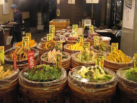 Nišiki pijaca u Kjotu je ugrožena jer je zbog velikih turističkih gužvi lokalci izbegavaju