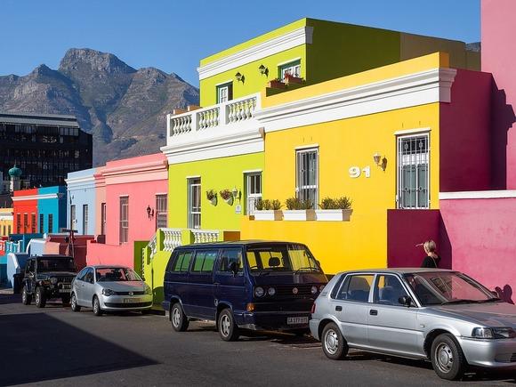 Kejp Taun je i inače prelep grad, Uli u njemu se po živopisnim bojama fasada posebno izdvaja četvrt Bo-Kaap u Signal Hill-u