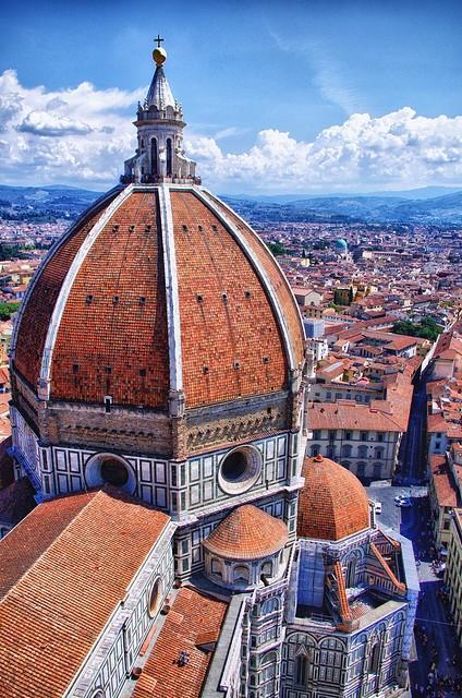 Firentinska katedrala, poznata i kao Santa Maria del Fiore koju je dizajnirao Arnolfo di Kambio, smatra se jednom od najlepših bazilika na svetu