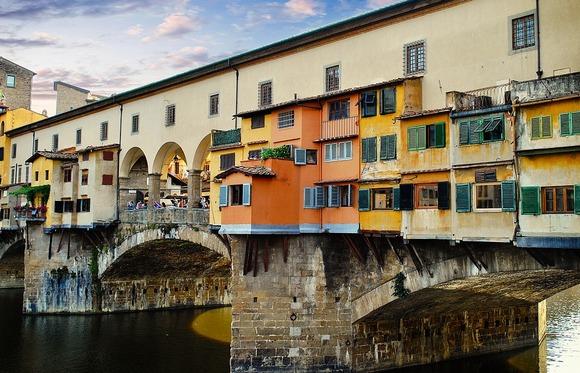 Kameni Stari most je jedini lučni most koji se proteže preko reko Arno, a koji nije uništen tokom Drugog svetskog rata