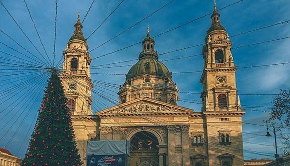 Dva nezaobilazna marketa u Budimpešti su Božićni vašar na Trgu Vorosmarty, koji se smatra najlepšim u gradu, i Božićni market ispred Bazilike