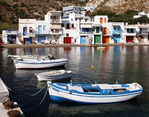 Većina kuća na grčkom osrvu Milos obojena je u tradicionalnu belo-plavu kombinaciju boja. Ipak, u maloj luci Kilma posetioce očekuje eksplozija boja