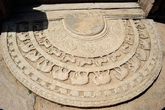 Arhitektonska specifičnost Polonaruve je mesečev kamen