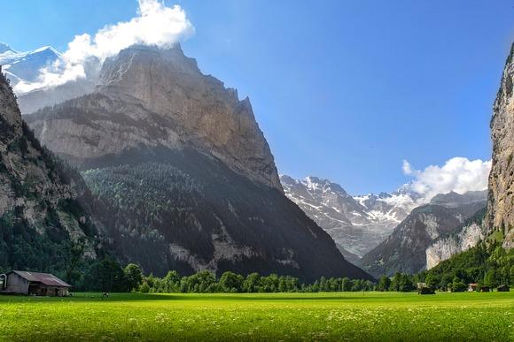 Ova dolina je pejzaž kao iz bajke, ušuškana u švajarskim Alpima, sa kaskadnim vodopadima koji je okružuju i planinskim vrhovima koji se izdižu iznad sočnih zelenih pašnjaka.