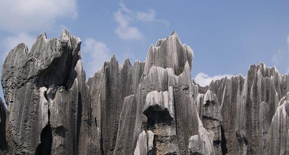 Kamena šuma Shilin predstavlja ćudnu kombinaiju stenovitih formacija i zelenila