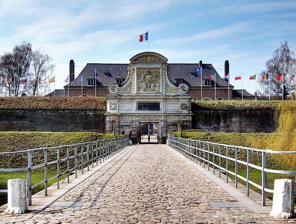 Treba pomenuti i gradsku citadelu, izgrađenu u 17. veku. Ona je pentagonalnog oblika i smatra se najboljom građevinom Sebsatijana de Vobana