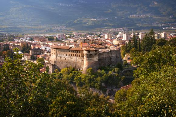 Rovereto je bio drevni grad tvrđava koji je stajao na granici između austrijskog Tirola i Italije. Istoimeni dvorac je iz srednjeg veka, a obnovljen je pod Mletačkom vlašću
