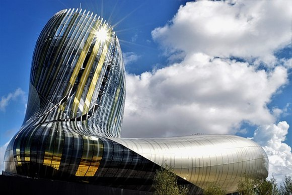 Muzej vina je moderna građevina koja zbog izgleda dominira okolnim pejzažom
