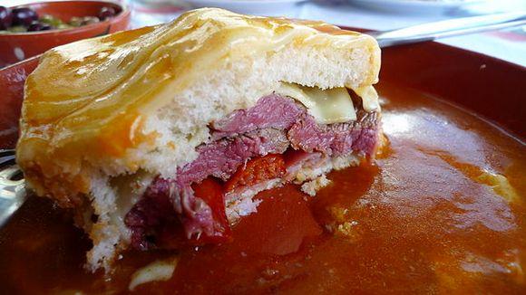 Veruje se da je ovaj sendvič u Porto doneo imigrant iz Francuske, i predstavlja verziju francuskog tost-sendviča poznatog pod imenom croque-monsieur