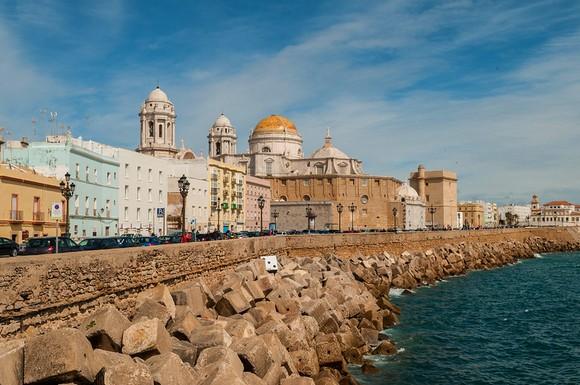 Iako je manji od Sevilje, Kadiz ima vrlo sličan stil, a stari grad je potpuno očaravajuć