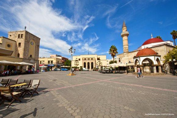 Na trgu Eleftherias nalaze se glavna zdanja, uključujući staru džamiju