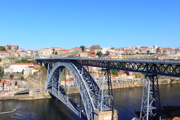 Simbol grada je gvozdeni most Luiša I, koji je u vreme kada je izgrađen bio najduži tog tipana svetu