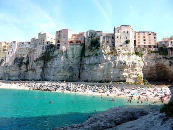 Ako stenovite obale Italije ne prijaju vašim nogama, pobegnite u ovaj skriveni, ušuškani gradić sa peščanim plažama koji još uvek nije preplavljen turistima