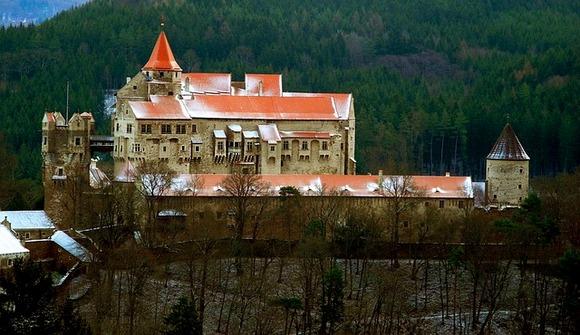 Ako ste u poseti Brnu, odličan jednodnevi izlet predstavlja obilazak zamka Pernštajn iz 13. veka, koji su izgradili vladari plemićke kuće Medlov