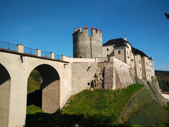 Ovaj zamak iz 13. veka nalazi se u srcu zemlje, u istoimenom gradiću, i do njega nije tako doći