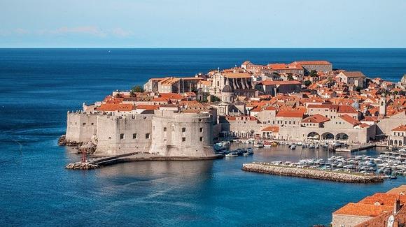 Iako se Dubrovnik čini, pre svega, letnjom destinacijom, vreme je toplo i prijatno sve do kraja oktobra pa i dalje možete uživati na okolnim plažama