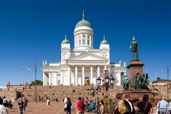 Trg i njegova okolina čine najstariji deo prestonice, a značajne  građevine koje ga okružuju su Helsinška katedrala, zgrada Vlade, zgrada Univerziteta i Sederholm kuća