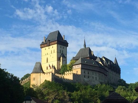 Na samo sat vremena od Praga, u gradiću Karlštejn, nalazi se zamak koji je u 14. veku izgradio i u kome je živeo Karlo IV - češki kralj i vladar Svetog rimskog carstva