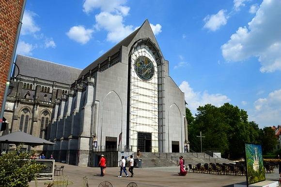 Među značajnim gradskim zdanjima su katedrala u neogotičkom stilu i zgrada gradske većnice u art deko stilu