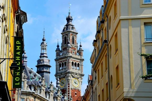 Srednjovekovno srce grada odlikuju šarmantne vijugave pešačke ulice. Radnje su zatvorene nedeljom, ali tada je vreme za posetu velikoj pijaci Wazemmes