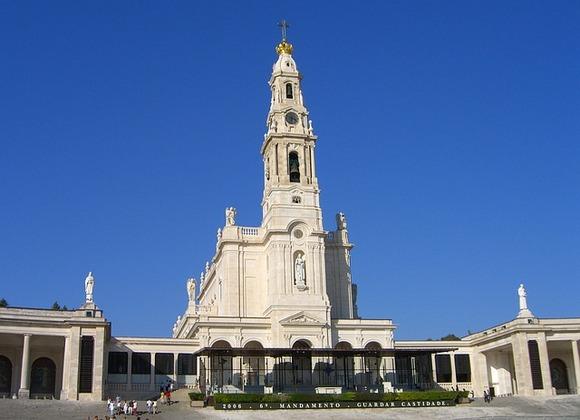 Fátima je od Lisabona udaljena samo sat vremena, i u njoj se nalazi kompleks verskih objekata u čast događaja iz 1917. godine