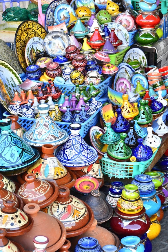 Fes Na tri sata vožnje od Kazablanke nalazi se najstariji grad u Maroku, osnovan u 8. veku. Originalna medina Fesa, sastoji se od hiljada uskih uličica i na Listi je svetske baštine UNESCO-a