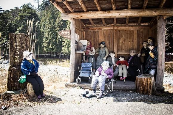 Japansko selo Nagoro jedna je od žrtava bele kuge koja vlada u zemlji. Nakon što su stari stanovnici mesta umrli, a mladi se odselili, jedan lokalni umetnik je počeo da pravi lutke u prirodnoj veličini kako bi ih zamenio