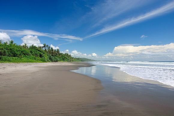 """Plaža Seminyak jedna je od najpoznatijih, dok je film Džulije Roberts iz 2010. godine """"Jedi, moli, voli"""" sniman na paži Padang Padang"""