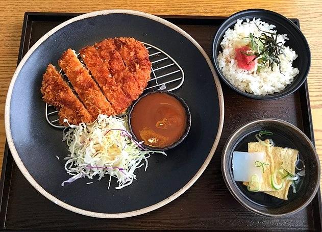 Tonkatsu je japanska varijanta svinjske šnicle pohovane u dubokom ulju