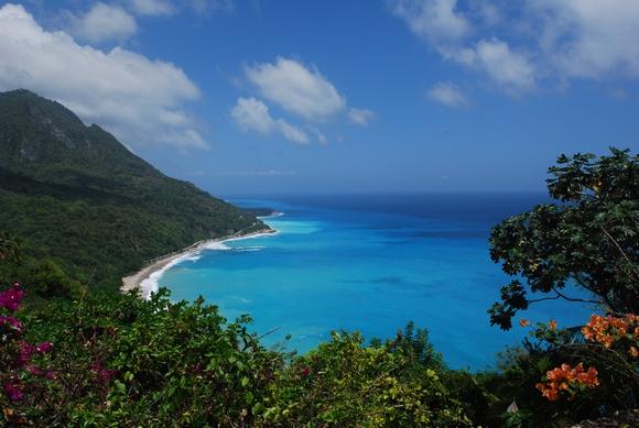 Obala zapadno od Santo Dominga je mirna i netaknuta, a uz nju se protežu planine