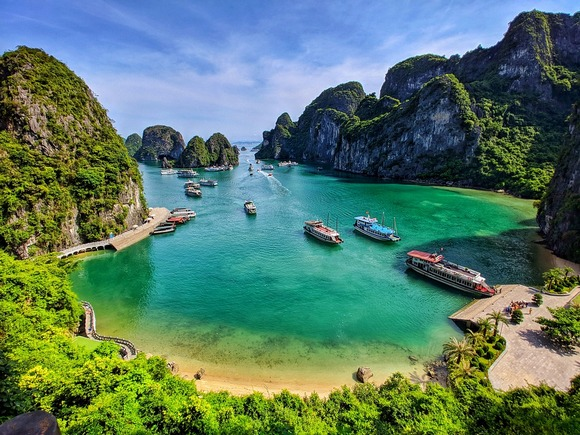 Većina tura azijskom verzijom jedrenjaka (junk) traje 2 dana. Trodnevna tura sa dva noćenja može vas odvesti dalje u zaliv, a samim tim i dalje od gužvi