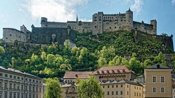 Salcburg je rodno mesto kompozitora Volfganga Amadeusa Mocarta, ali je svetski poznat i po impresivnoj srednjovekovnoj i baroknoj arhitekturi