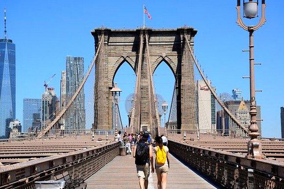 Bruklinski most je još jedna kultna lokacija grada Njujorka. Prelazeći most dužine oko 1.800 metara, preko reke Ist river, pružiće vam se neverovatan pogled na oblakodere i panoramu Menhetna