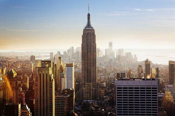 Empajer stejt bilding (Empire State Building) je jedna od najpoznatijih zgrada u Njujorku i sigurno ćete želeti da je posetite