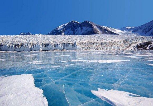 Krajolik Antarktika liči kao da ste na drugoj planeti. Led svuda oko vas, hipnotišuće plavetnilo dokle god vam se pogled proteže i zaista se može reći da ćete zakoračiti u drugi svet kada pređete granicu Antarktika
